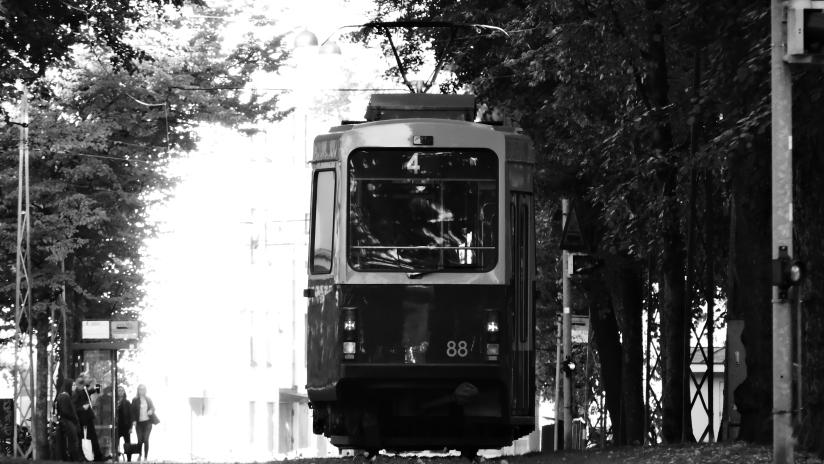 b'n'w image of a tram